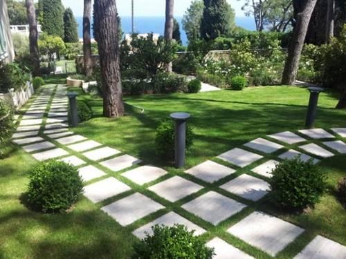 Để tạo ra sự cân bằng cho không gian nên xen kẽ đá và cỏ cây.