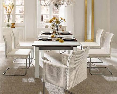 Bộ bàn ăn dành cho nhiều người với bàn dài nhưng vẫn tiết kiệm diện tích.