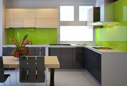 Tủ bếp chữ L được tích hợp đầy đủ mọi chức năng cần thiết.
